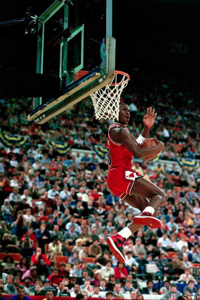 Michael Jordan usando o Air Jordan 1 no Dunk Contest em 1985.  Via Getty Images / Andrew D. Bernstein